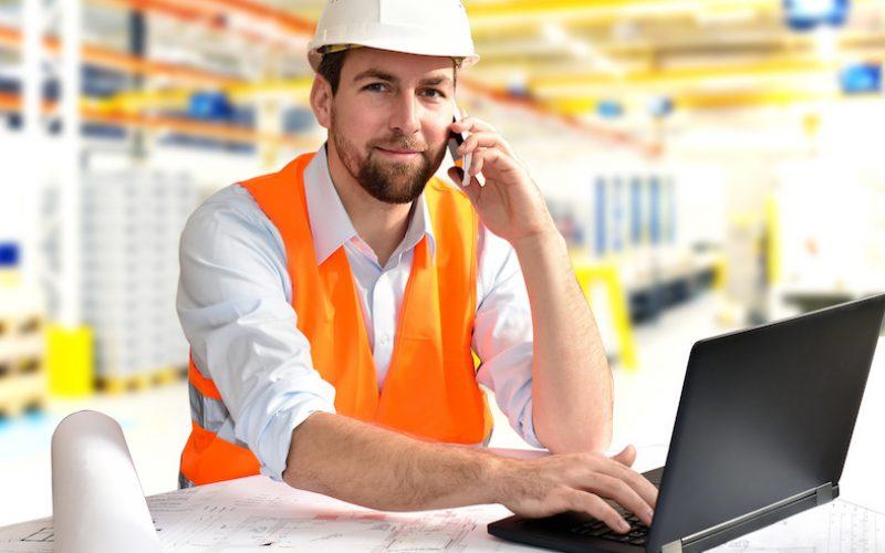 Ingenieur in einer Fabrik - Arbeitsplatz im Maschinenbau // engineering